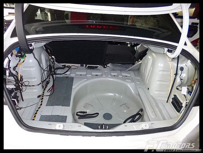后尾箱主要是车子行驶的过程中产生的共鸣噪音,而且这共鸣声特别体现在SUV、MPV身上,声音比较大,因为他们的后备箱都是比较大的,产生的共鸣声多,反射到车厢里面更加大,所以后备箱一样的隔音是须要做的。当然不是MPV做了后备箱效果更加明显。 后备箱第二层隔音我们使用必拓减震板+吸音棉做双层隔音措施,可有效阻隔后轮胎噪、后翼子板和排气管噪声,提升驾驶舒适性。要是小编的车那也必做不可啦。哈哈